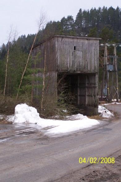 Sponsiloen ble bygd etter krigen da Øvrebø Sagbruk & Høvleri startet opp. Nå er også dens dager talte, og når sant skal sies pyntet den vel ikke opp i området.