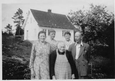Ingeborg Lolandsbakken i midten foran. Bak huset hennes på Lolandsbakken. (Gjester på bildet: Mathea Stuttlien, Agnes B. Ilebekk, Inger Ilebekk, Alfred Ilebekk)