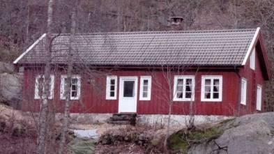 Bildet viser det eldste huset på Mushom. Det er lenge siden det har bodd folk fast her. Før speiderne overtok huset var det Sosialistisk Bondeungdomslag (SOS BUL), som hadde det som utfartssted. Speiderne bruker det nå jevnlig som hytte og utfartssted.