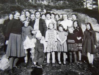 Usikkert i hvilken sammenheng bildet er tatt, men det ser ut til å være en blanding av voksne kvinner og unge jenter, og derfor kan det kanskje være en kvinne- barneforening som er samlet.