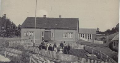 """Reiersdal lensmannsgård hvor """"gamlelensmannen"""" Olav Bjerland bodde. Trygve Bjerland (også lensmann) vokste opp her og siden overtok hans sønn igjen, Olav Bjerland eiendommen, men han var ikke lensmann."""