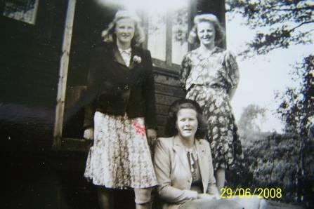 Ungjenter fotografert på hyttetur: fra venstre: Anna Skisland (Nomeland), Olga Sandtveit og foran Tony Hægeland (Lie)
