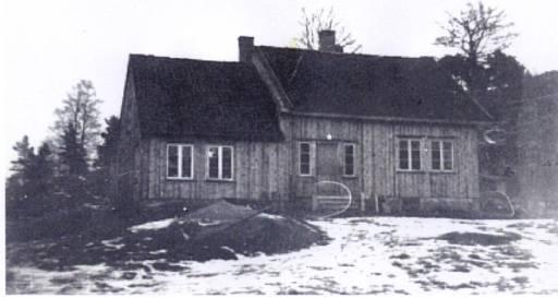 Bue gård innenfor Stemmen. De siste som bodde fast her var søsknene Henrik, Safiras, Martin og Kristine Bue. Gården er nå overtatt av slektninger og brukes som feriested.