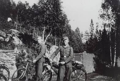 Normann Løvås, Skottedalen, og Ånen Helle, Vehus, på vei til arbeidstjeneste på Hønemyr i Finsland.