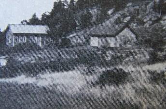 """Gården Halland, øst for Hægelandsvannet og sørvest for Mushom. Husmannsplass under Mushom før den ble et selvstendig gårdsbruk. Flere eiere, men nå er det Jan Øvland som eier gården. (Bilde fra """"Norges bebyggelse"""")."""