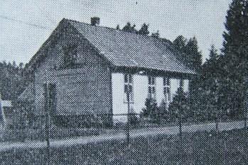 """Det gamle ungdomshuset på Hommesletta. Oppført 1910 og tilhører Øvrebø Ungdomslag. (Bilde fra """"Norges bebyggelse"""")."""