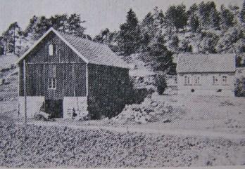 """Det gamle huset på gården til Eivind Fjellestad, nå overtatt av sønnen. (Bilde fra """"Norges bebyggelse"""")."""