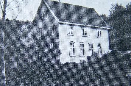"""Frikirken før den ble ombygd og utvidet. Oppført i 1952. (Bilde fra """"Norges bebyggelse"""")."""
