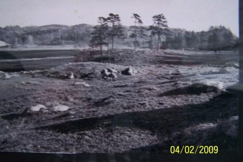 Gravhaug i felt på Nordhagen, sett fra SV. Bygdeborga sees lengst til høyre, på den rundaktige kollen.