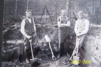 Fra venstre: Nils Histøl, Jon Åsen og Lars Kleveland. Utgravingen av gravene på Stallemo.