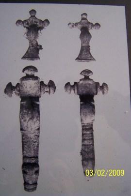 Korsformede bronsespenner fra gravfunnene på Stallemo.