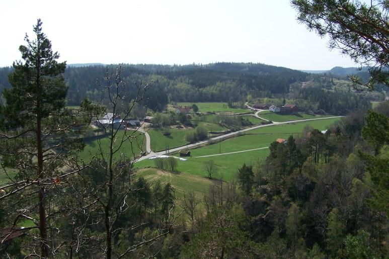 Utsikt fra bygdeborga mot Øvrebøgårdene