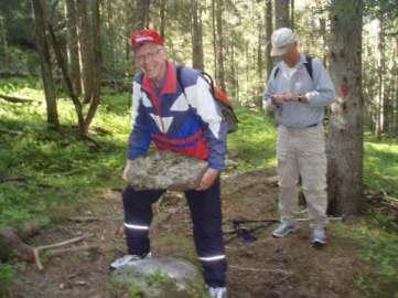 Magne Sletten er tydelig stolt over at han løfter steinen.