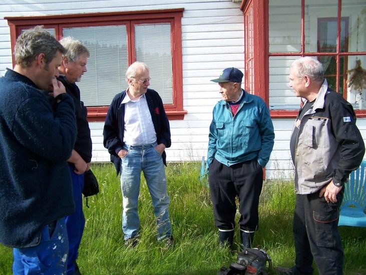 Johan Ågedal utenfor hovedhuset på Fjellestad i samtale med representanter fra historielaget.