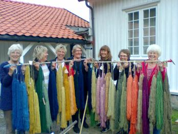 Plantefargingskurs på Prestegården. Fra v. Torgunn Ilebekk, Arnhild Bårdsen, Karin Langevei, Oddbjørg Vatland, Ragnhild Muggerud, Bergny Løvdal, Mari Bjerland