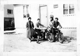 Utenfor Posten: nn., Edgar Føreland, nn., Sigurd Bjørnshei på sin Triumph 150cc.