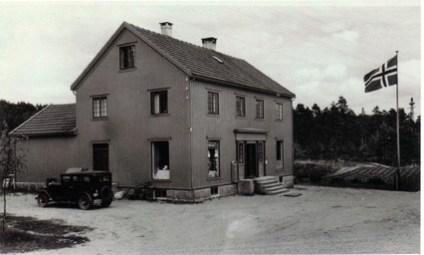 Bildet er fra Øvrebø landhandel på Skarpengland. Bildet er tatt før krigen.