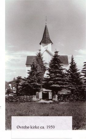 Bildet er fra ca. 1950 - granhekken har vokst seg stor og dominerende opp kirkebakken.