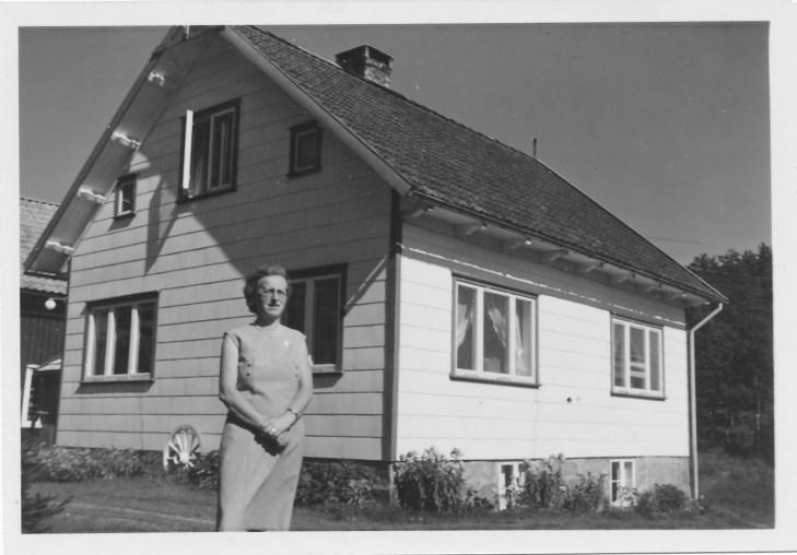 Tonette Fjellestad, 50 år, foran huset på Fjellestad.