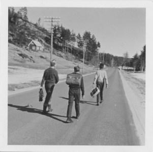 På hjemvei fra eksamen på Ilebekk skole: Arne Faremo, Gunnar Arnfinn Mushom, Helge Hageland.
