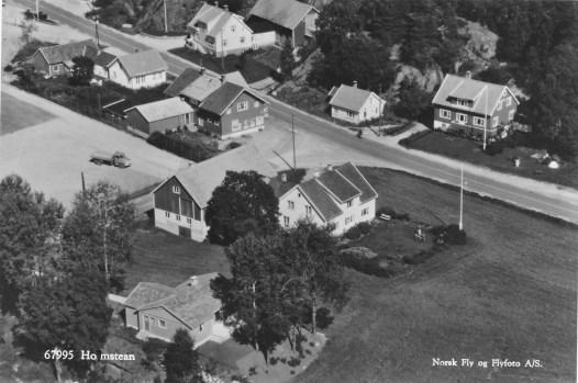 Nærbilde av Homstean sentrum, trolig tatt i tidsrommet 1960 - 1970 (mrk. asfalt på veien)