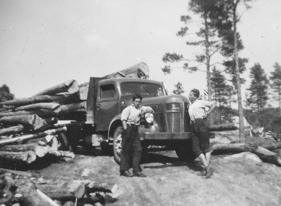 Volvo tømmerbil: sjåfør til høyre: Tormod Berge, hjelpemann til venstre bororen Hans Berge.