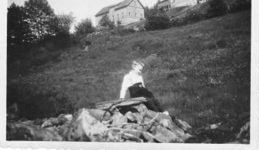 Eivind Godhei nedenfor gården Godhei. Setehusene er vekke, men uthuset står ennå.