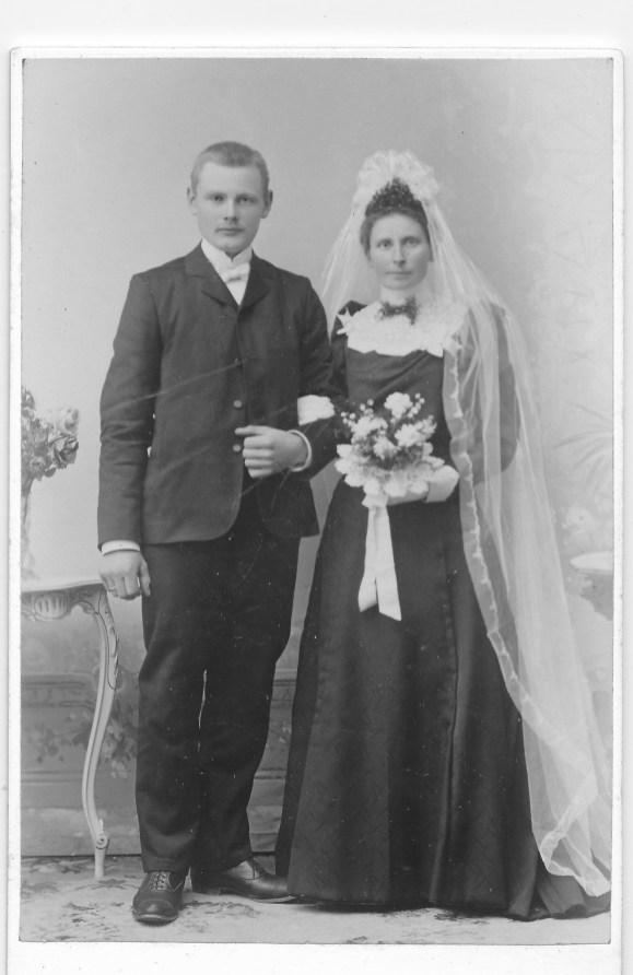 Staselig brudepar, selv om brudeklærne har endret seg slitt. (Torvald og Jørgine Wehus).