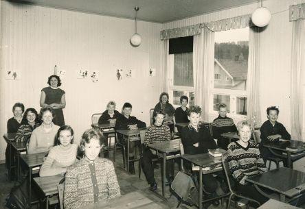 Ilebekk skule 1961 eller 1962: 1. rad: ?, Sigrun Ilebekk, Magnhild Greibesland, ?, Torhild Wehus. 2. rad: ? Faremo(?), Helge Skuland, Gunnar Tveiten, Øystein Drange(?), Ole Trygve Almedal. 3. rad: Kjell Magne Wehus, Øyvind Kravlen, ?, Steivor Loland. Lærerinne: Kristine Myrvågnes.