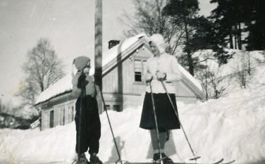 Svein (?) og Gunvor Upsahl på ski.
