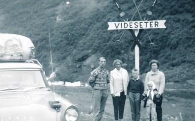 På tur med en av drosjene til Olav Iglebæk. Legg merke til takgrinda og den solide bagasjen som er festet med gummistropper. Med på tur: Steinar og Solveig Ilebekk, Hans Kay, Else og Reidun Iglebæk.