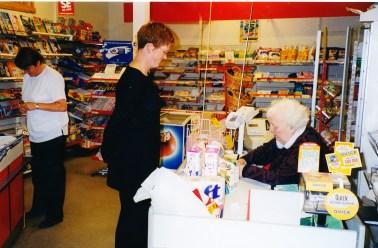Steivor Ilebekk i kassa på butikken som den gang het O.S.Ilebekk.