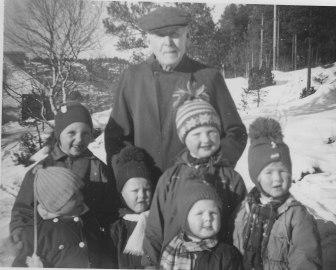 Bakerst far til Randi Koland. Foran: mange kjente fjes, men vi trenger hjelp med navnene - flere av barna til Klara og Niels Otto Hægeland.