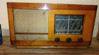 Fra Kåre Mushom: Gammel Philips batteriradio som ble kjøpt brukt hos Sophus Berge i Kristiansand av Oskar Kirkehei. Han skulle bruke den i husene på Topstad hvor det ikke var innlagt strøm.