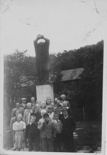 Skoleklasse fra Øvrebø skole/Skolandsmyra på klassetur. Lærer Seland til høyre bakerst.