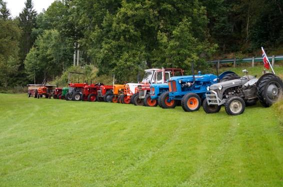 28. august 2016 arrangerte ØH motor-historisk dag. Her ser du et oversiktsbilde av noen av de over 20 traktorene som bl.a. brødrene Ole Kristian, Jan Ivar og Jon Magne Horrisland hadde stilt ut.