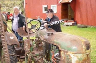 En Deutz utstyrt med midtmontert slamaskin. (Kjell Koland og Ole Kristian Horrisland på bildet.)