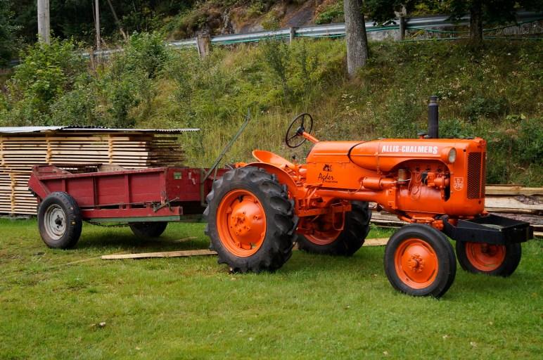 Allis Chalmers med gjødselspreder. (Samme type traktor som fam. Bjerland har stilt ut.)