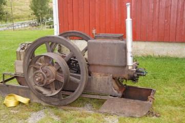 """En """"Trygg"""" stasjonærmotor hører med og gir god stemning på en motorhistorisk dag."""