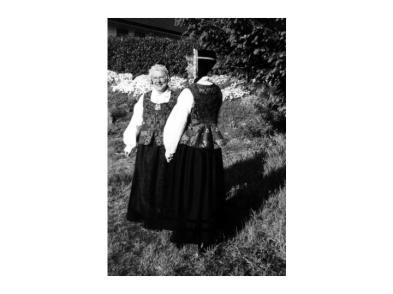 Aaselie Aurebekk og Gerd Vigdis Slettedal viser stolt fram den nye utgaven av Øvrebødrakta som ble laget etter gamle nedtegninger. Det var et prosjekt som historielaget støttet, men det var en flokk iherdige bygdekvinner som laget den.