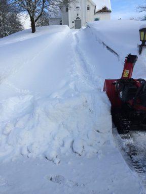 Masse snø opp kirkebakken snøvinteren 2017-18