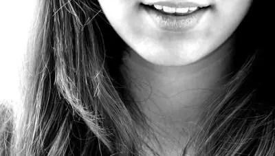 女性の口元 白黒