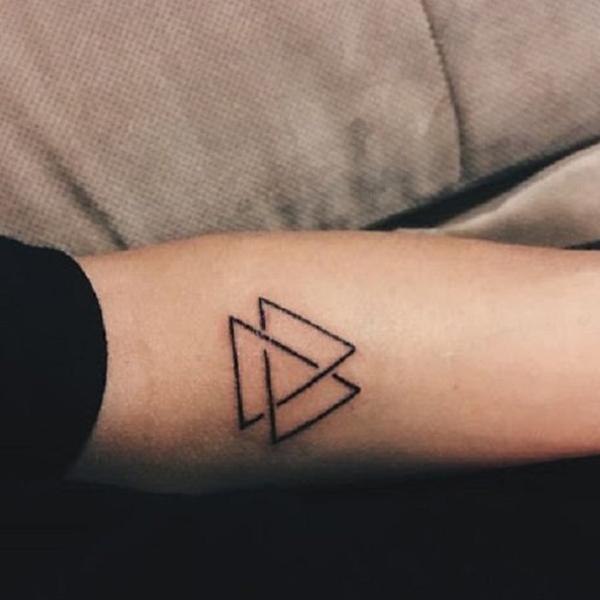Hình xăm tam giác với 3 hình lồng ghép