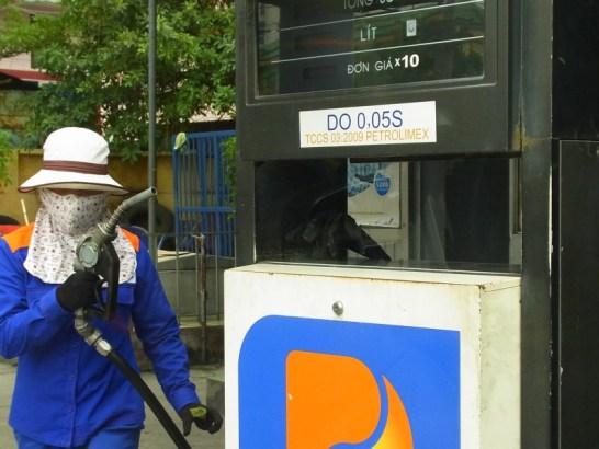 ベトナム:ガソリンスタンドレディー