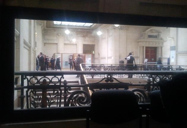 La salle des pas perdus du TGI de paris, vue depuis la fameuse pièce équipée d'un miroir sans tain.