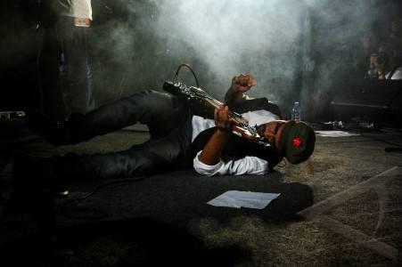 "JAKARTA, 30/7 – BLUES 4 FREEDOM. Pemain bass sekaligus vokalis Bangkutaman Wahyu Nugroho beraksi saat mengakhiri penampilan bandnya di ""Blues 4 Freedom"" di Taman Ismail Marzuki, Jakarta, Jumat (29/7) malam. ""Blues 4 Freedom"" merupakan rangkaian konser musik dan pameran yang digelar oleh Dewan Kesenian Jakarta bekerja sama dengan Galeri Foto Jurnalistik Antara dan Djakarta Artmosphere, sebagai bagian dari event paralel Jakarta Biennale#14. FOTO ANTARA/Oxalis Atindriyaratri/ed/pras/11. link"