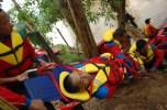 """JAKARTA, 15/12 - SIMULASI BANJIR. Seorang korban banjir ditandu untuk mendapatkan penanganan kesehatan lebih lanjut saat simulasi evakuasi bencana banjir di Condet Balekambang, Jakarta, Sabtu (15/12). Simulasi itu digelar dalam rangka peresmian """"Carabiner Camp"""" oleh PKPU, sebagai antisipasi penanganan banjir menjelang musim hujan. FOTO ANTARA/Oxalis/07. link"""