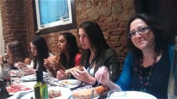 """The """"Oceanography"""" and """"Barcelona y la Cultura Moderna"""" classes dined together."""