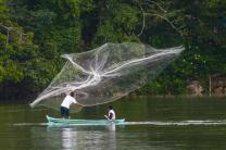 Pêcheur du lac El Golfete au Guatemala