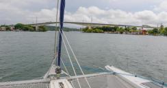 Oxygen et le pont de Frontera sur le Rio Dulce au Guatemala
